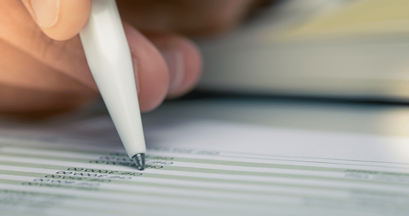 Stift und eine Rechnung